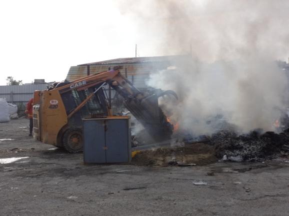 以乾土覆蓋燃燒廢棄物