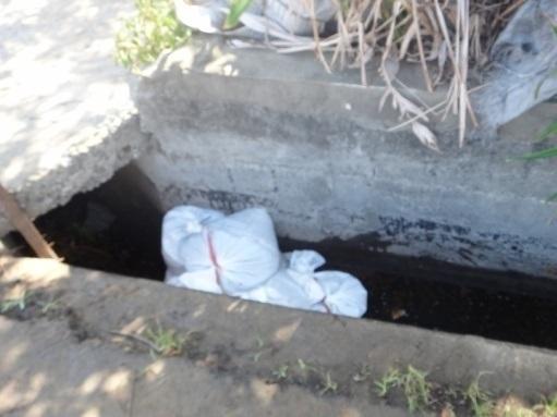 溝渠以沙包進行廢液圍堵