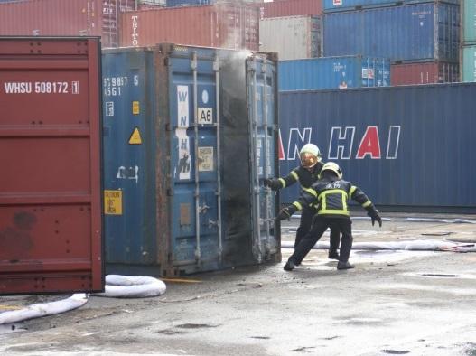 船務公司人員進行開櫃
