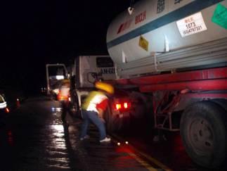 廠商人員利用新拖車將事故槽車拖離現場,事故解除