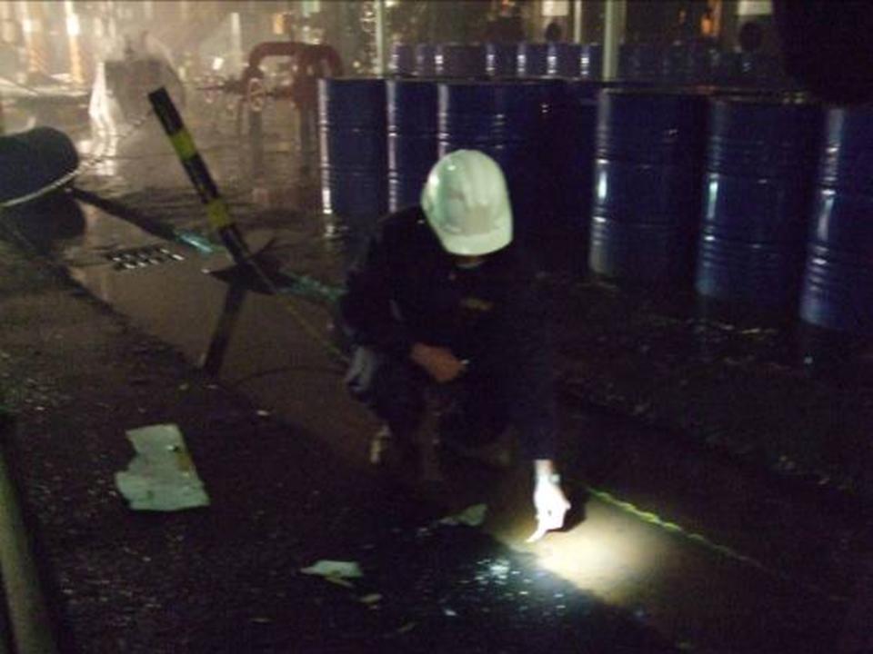應變隊於事故現場進行消防廢水pH值檢測