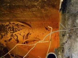 應變隊以硝石灰及木屑覆蓋槽內硫酸與磷酸結果