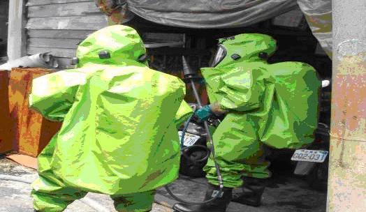應變隊員著A級防護衣進入事故現場進行止漏