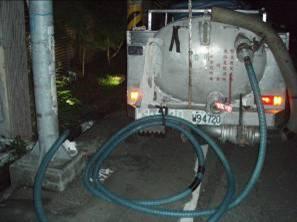 現場以水肥車抽取廢液