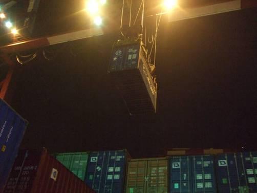 進行貨櫃吊掛作業