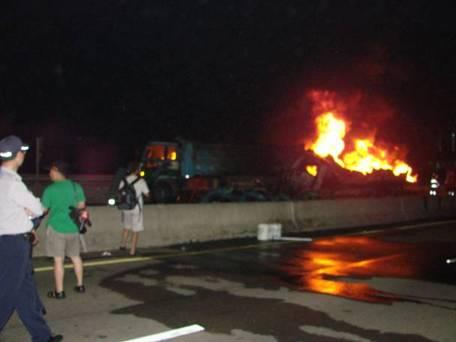 油罐車槽體燃燒之情形