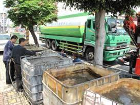 現場以水肥車抽取廢水