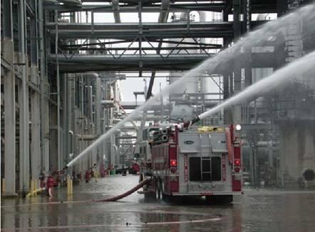 廠內消防隊進行滅火