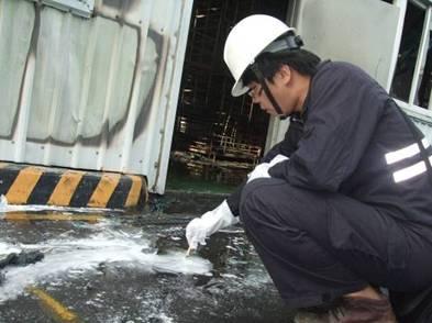 以pH試紙進行消防廢水檢測
