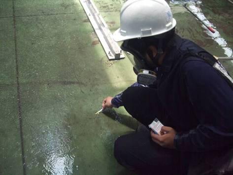 使用pH試紙偵測廢水酸鹼值