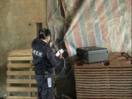 應變人員以空氣採樣箱採集現場空氣
