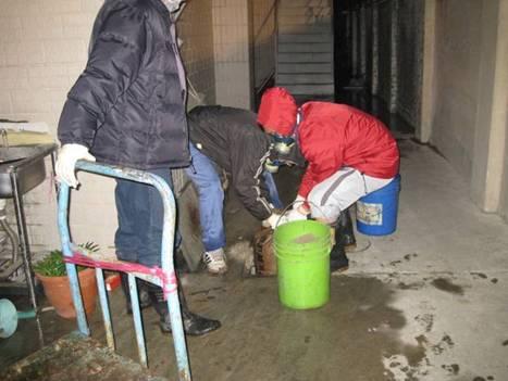 廠方人員進行廢水圍堵