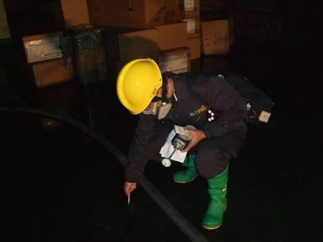 應變人員以pH試紙檢測消防廢水