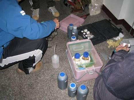 台南縣環保局現場進行水質檢測