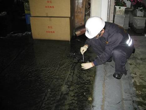 應變人員採集事故現場消防廢水