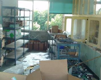 理化教室內化學藥品罐傾狀況