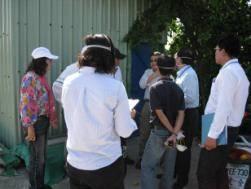 與環保局人員進行討論