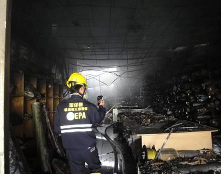 應變人員以四用氣體偵測器進行環境檢測