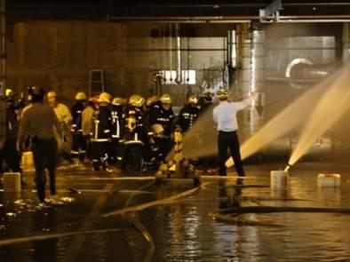 廠內應變人員將火勢撲滅後進行止漏作業