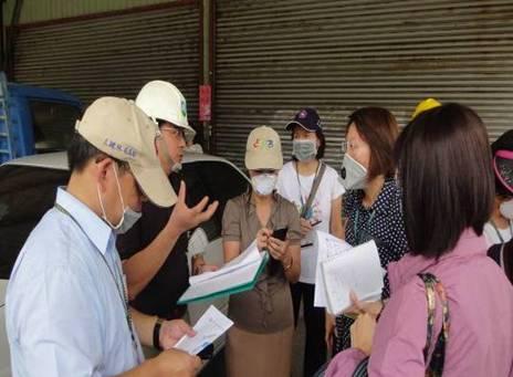 洪崇軒老師與臺南市政府環境保護局人員討論事故狀況