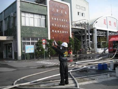 事故現場火勢撲滅後,南部應變隊人員於大門口進行環境複偵