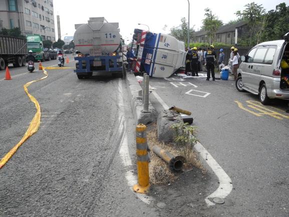 事故現場槽車翻覆狀況