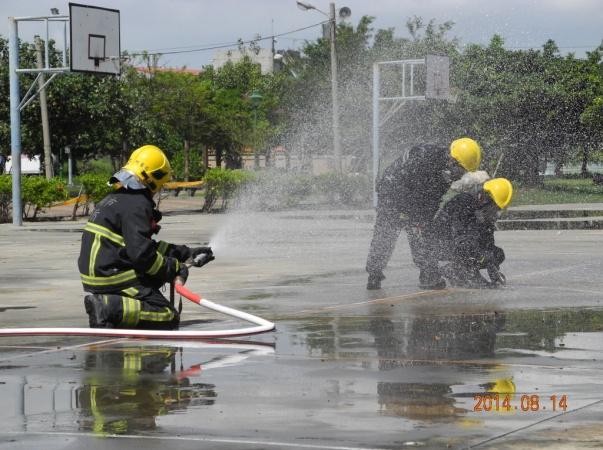 現場消防進行水霧防護