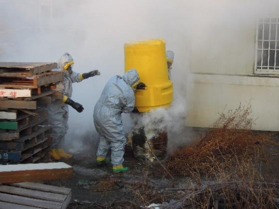 清潔隊員著防護衣進行廢棄物封存