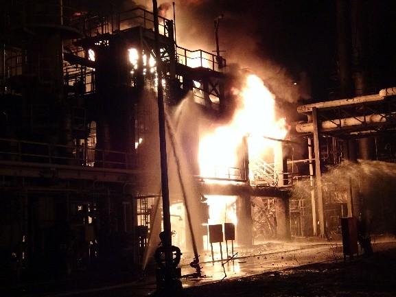 消防進行滅火作業